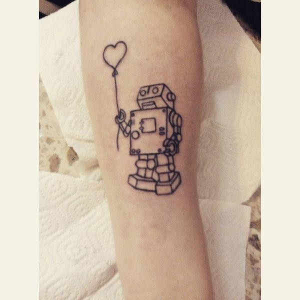 Татуировка робот с сердечком