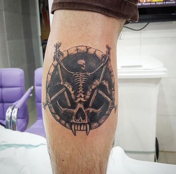 Рок татуировка на ноге