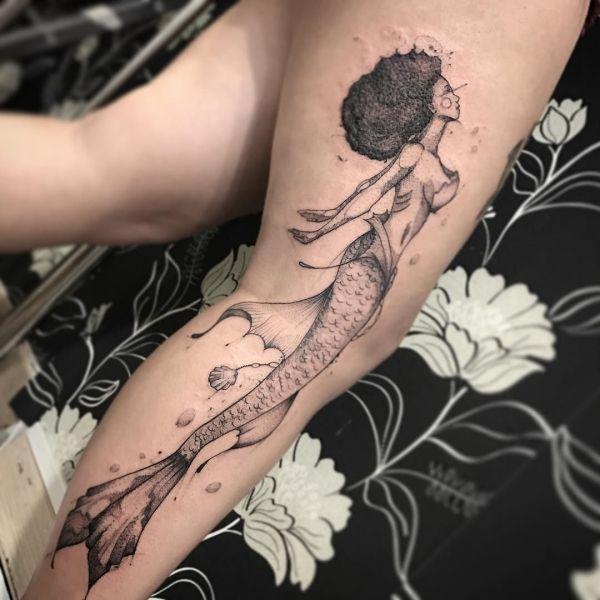 Татуировка красивой русалки на ноге