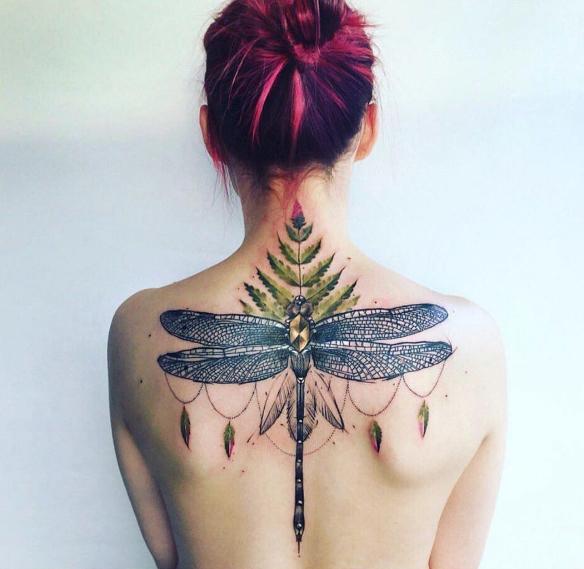 Татуировка стрекоза на спине девушки