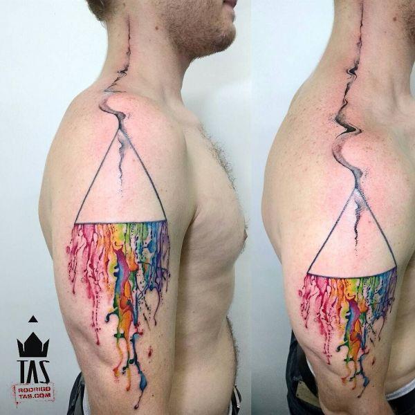 Треугольник в стиле акварель на плече парня