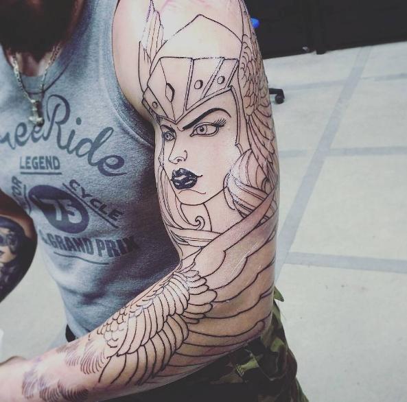 Татуировка валькирия на плече парня - набросок сводка