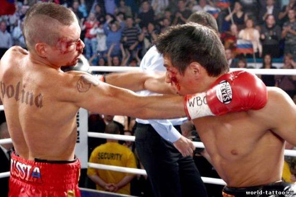 Артем Колчин с татуировками на ринге