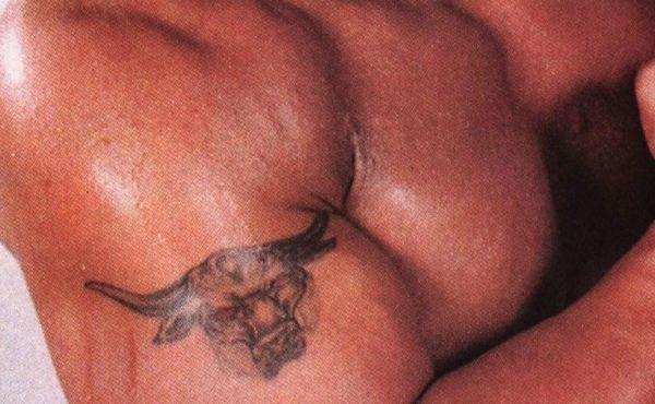 Татуировка на руке у Дуэйна Джонсона в виде быка