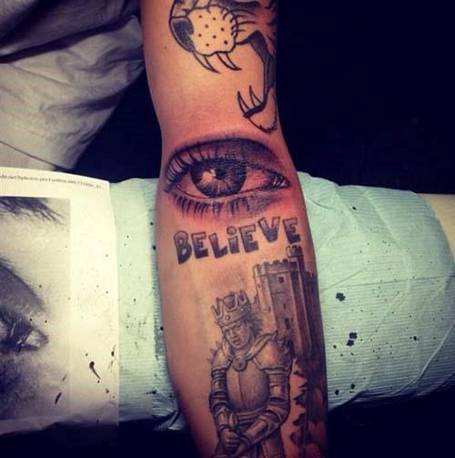Рука Джастина Бибера в татуировках