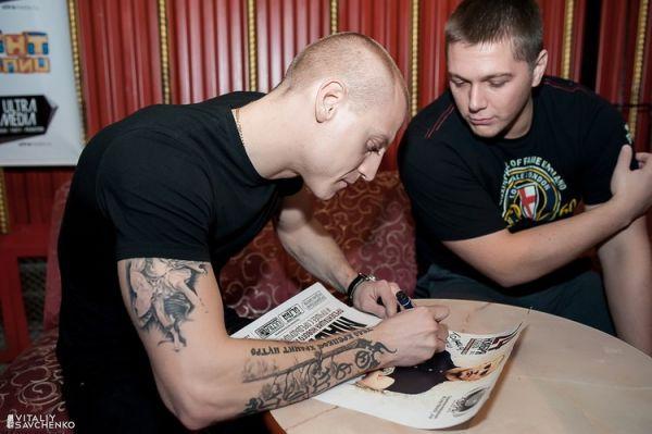 Миша Маваши с татуирвоками на руке