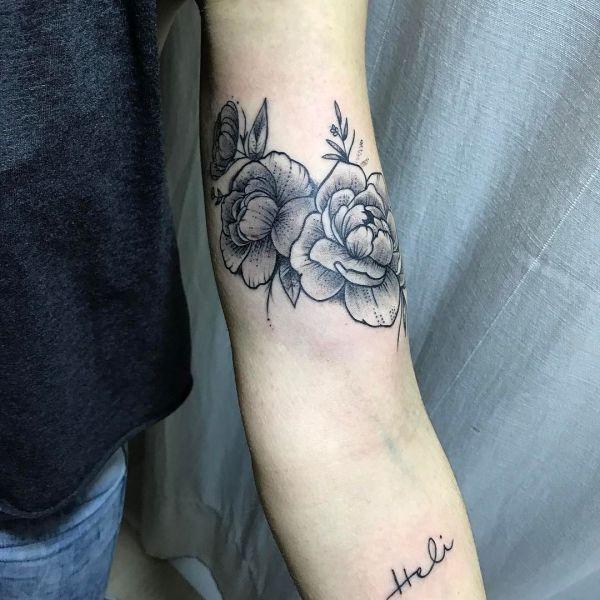 Два цветка на бицепсе у девушки