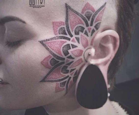 Татуировка на лице в виде лилии