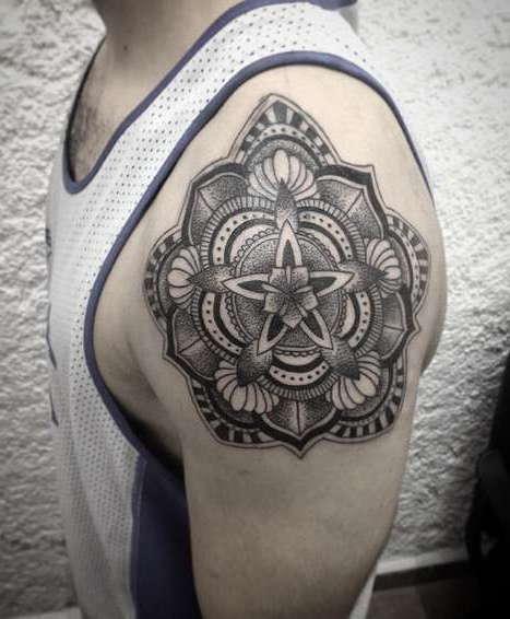 Татуировка на плече в виде узора