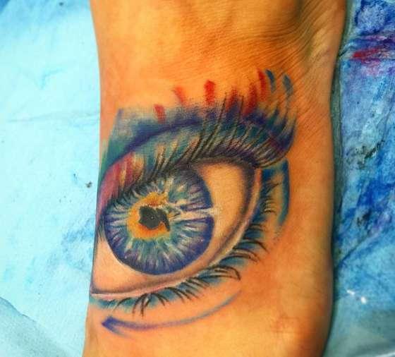 Красивый красочный глаз на ступне