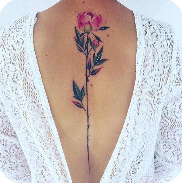 Женственная татуировка цветок