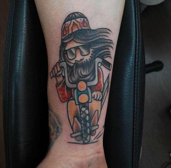 Байкерская татуировка в стиле олд скул на запястье парня