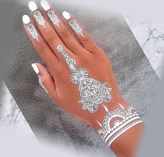 Белая татуировка на руке