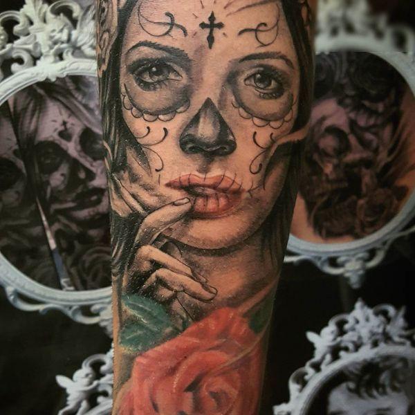 Татуировка девушки в мексиканском стиле на руке