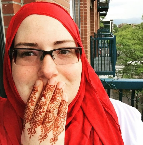 Мусульманская татуировка в стиле мехенди на руке у девушки