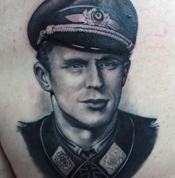 Портрет в виде нацистской татуировки