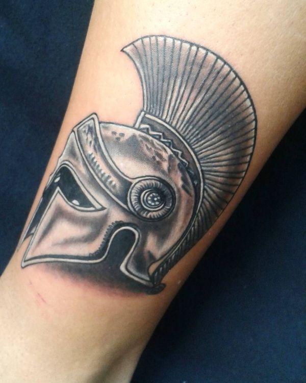 Римская тату в виде шлема гладиатора