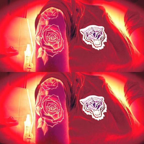 Светящаяся татуировка розы