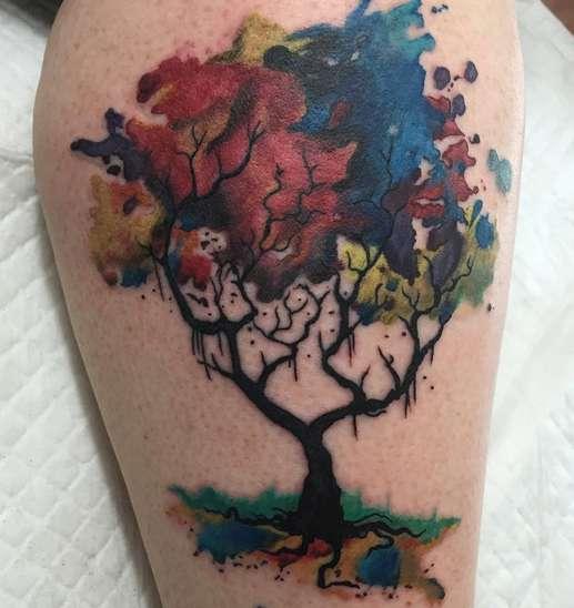 Стиль акварель в татуировке с деревом