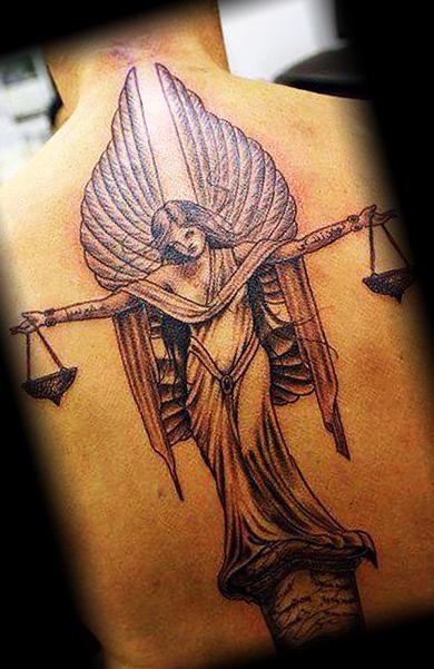 Татуировка ангела с весами