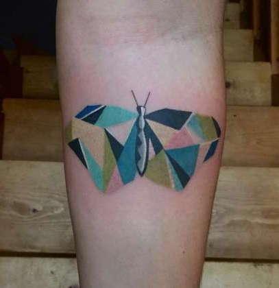 Геометрическая бабочка в цвете на руке