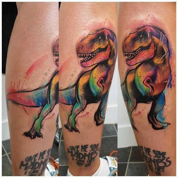 Татуировка цветного динозавра