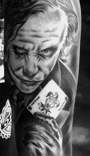 Джокер с картой в руках