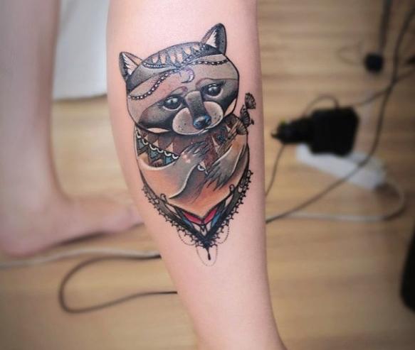 Татуировка енота на руке