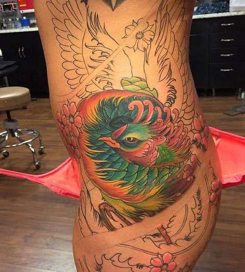 Недоделанная татуировка феникса сбоку тела