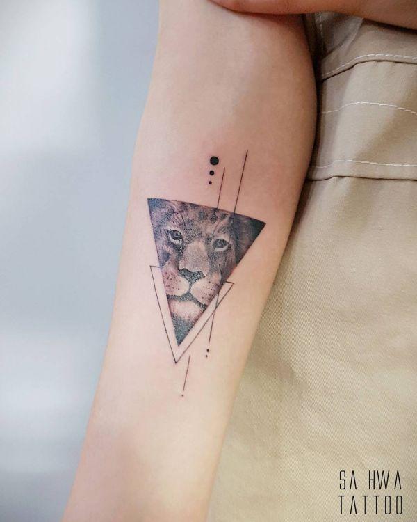 Татуировка льва в треугольнике