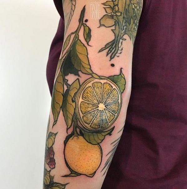 Татуировка фрукта лимона в желтом цвете
