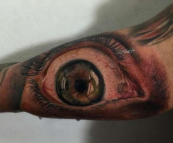 Большой открытый глаз на руке