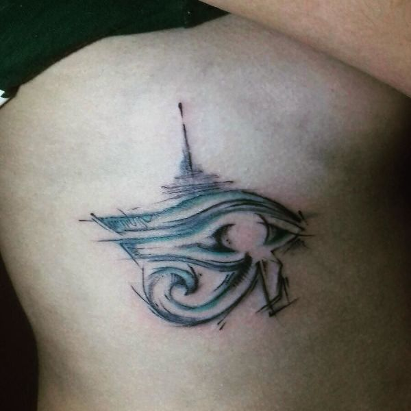 Татуировка Гора Глаз сбоку тела