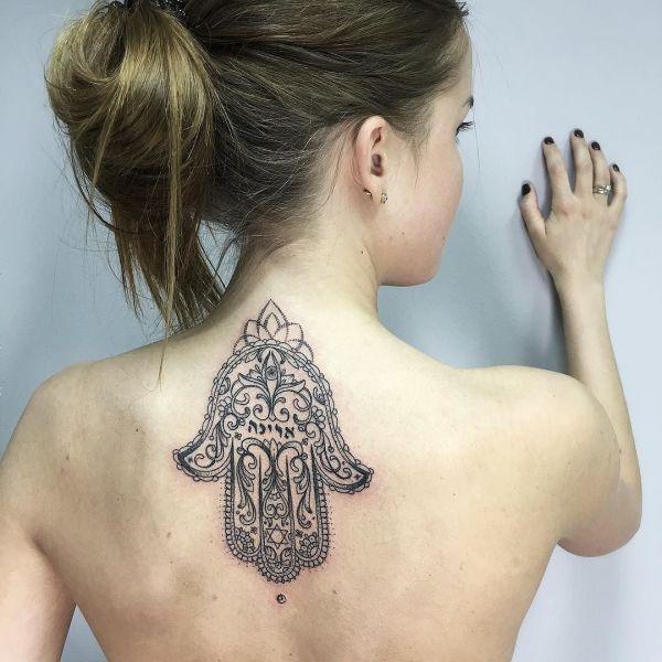 Татуировка перевернутой хамсы на спине
