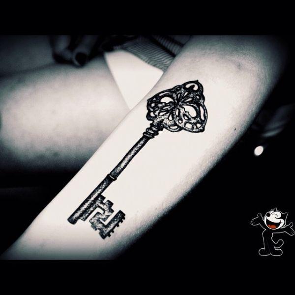 Тату черно-белого ключа