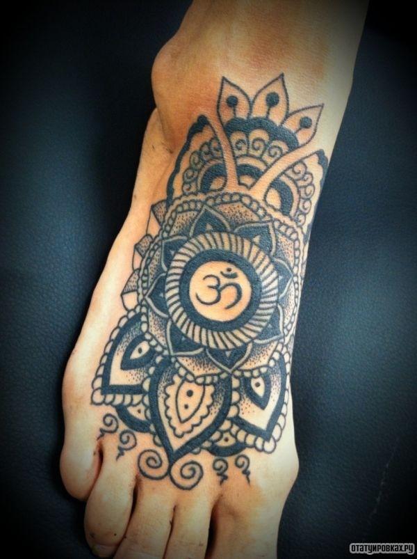 Татуировка знака ОМ в круге