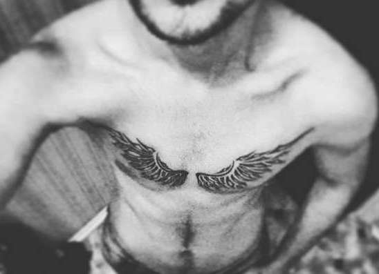 Тату крылья на грудине фото