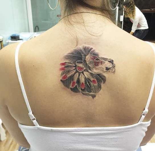 Лев на спине девушки в индейском стиле