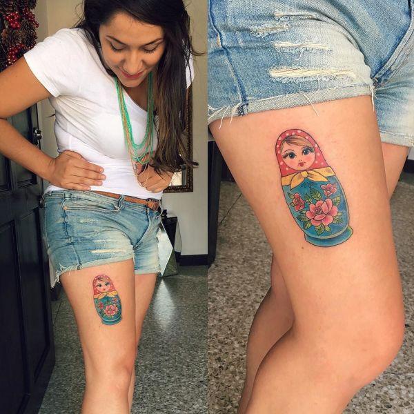 Татуировка матрешка на бедре у девушки
