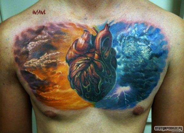 Татуировка неба и сердца на груди мужчины