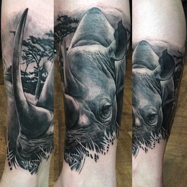 Носорог в чб варианте на ноге в виде татуировки