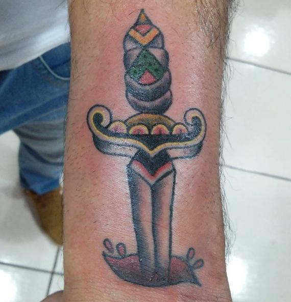 Татуировка ножа воткнутого в руку
