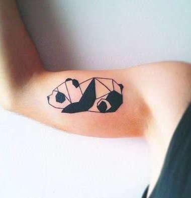 Небольшая панда на руке