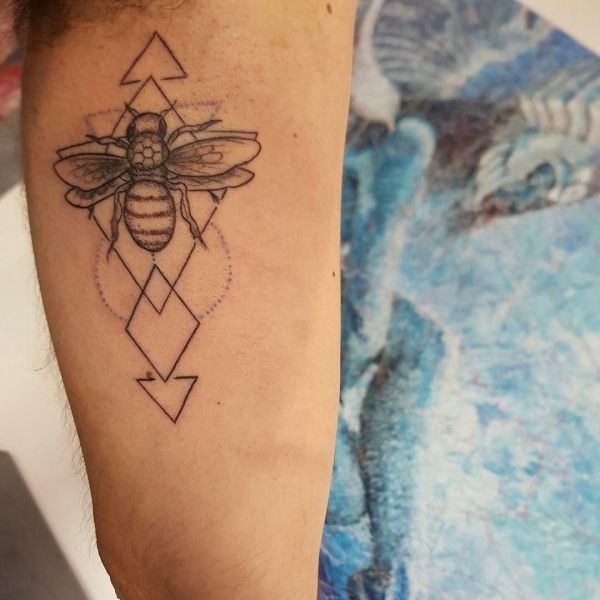 Тату пчела с геометрическими треугольниками