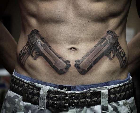 Два пистолета на животе
