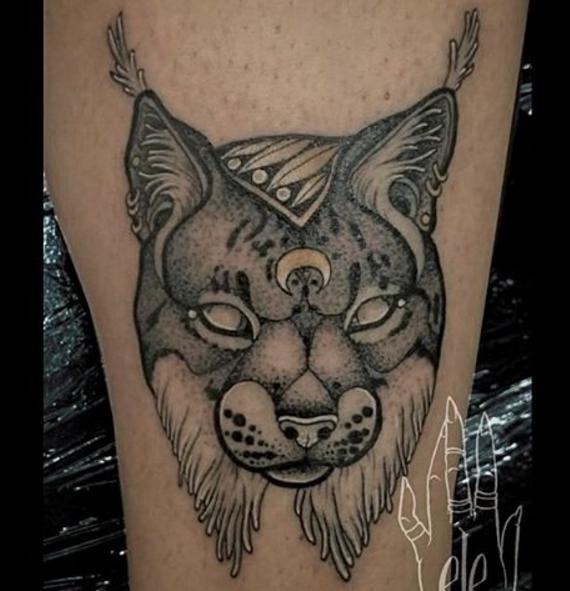 Татуировка рыси на ноге