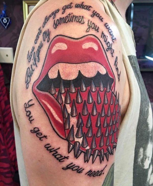 Татуировка шипов на языке в открытом рту