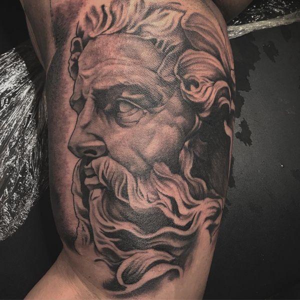 Татуировка скульптуры в виде мифического бога