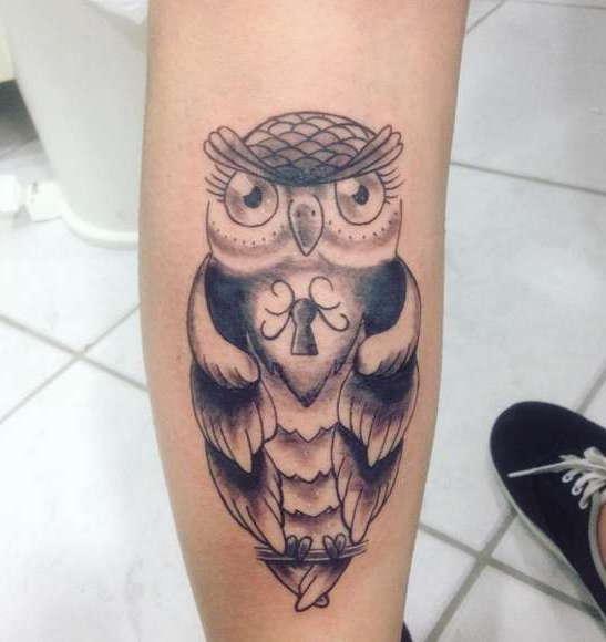 Татуировка в виде совы с замочной скважиной в груди