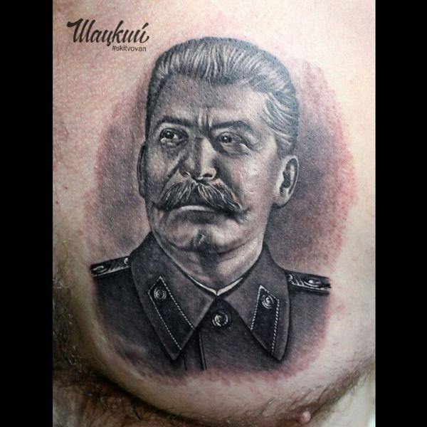 Татуировка в виде портрета Сталина